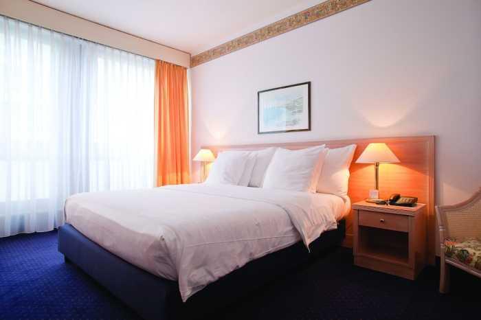 DRAKE - LONGCHAMP, HOTEL